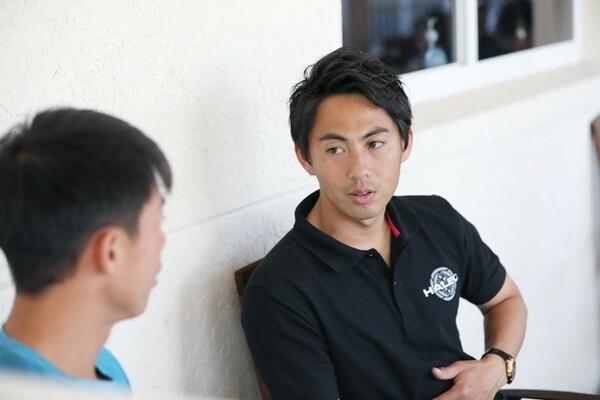 あえて2人の時はテニスの話をしないという佐藤(右)。錦織の言葉に真剣に耳を傾けていた