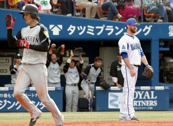 5月14日のDeNA戦、9回に左前打で出塁すると、福留のタイムリーで決勝のホームを踏んだ大和(左)