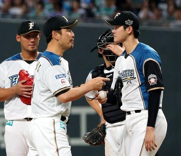 マウンドで大谷(右端)と話す吉井コーチ(左から2人目)