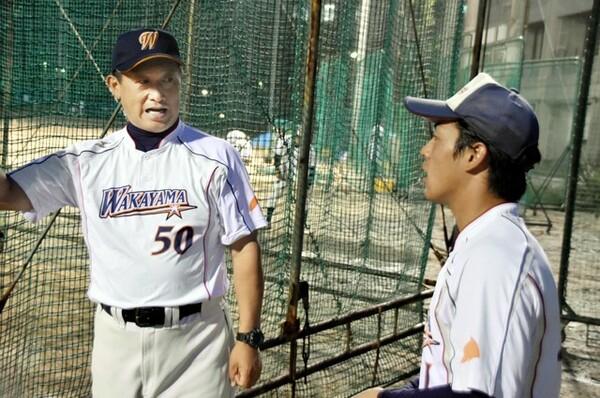 """和歌山大は大原監督(左)が全幅の信頼を寄せる眞鍋主将の下、""""考える野球""""を実践し、初のリーグ戦優勝を果たした"""
