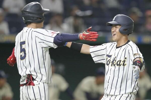 1年・赤尾(右)ら3人が本塁打を放っている東海大北海道。初戦で優勝候補の東洋大を破り、勢いに乗っている