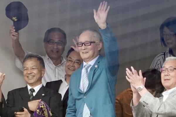 59年ぶり4度目の優勝を果たした立教大ナインに手を振るOB長嶋茂雄氏(中央)
