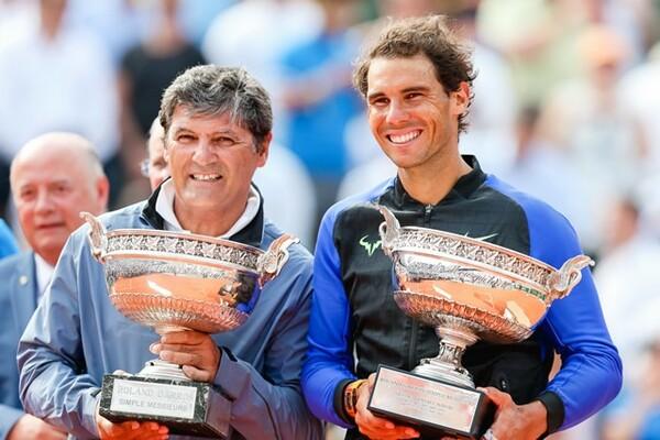 全仏10度目の優勝を飾ったナダル(右)。その傍らには、幼いころからコーチを務めてきた叔父・トニーの姿もあった