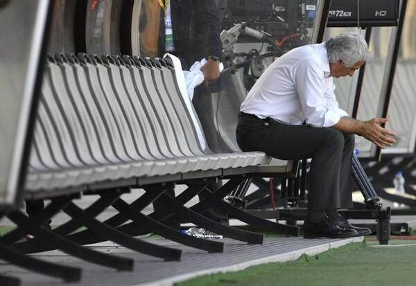 ベンチに座り込むハリルホジッチ監督。けがで選手交代のプランが崩れたことを嘆いた