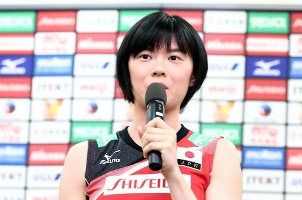 中田久美監督の下、新体制で始動した全日本女子。記者会見で意気込みを語る宮下