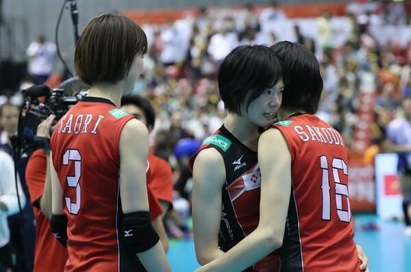 リオ五輪出場を決め、宮下は木村沙織(左)や迫田さおり(右)と涙を流して喜んだ
