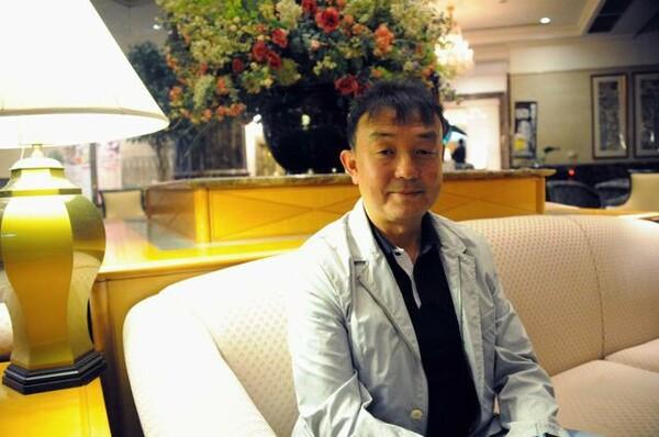 自らを「何でも屋」と称する小野剛。そのキャリアを振り返ると、岡田との強いつながりが見えてくる