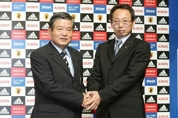 2007年末に岡田は再び日本代表監督に就任する。当時、説得に当たったのが小野だった