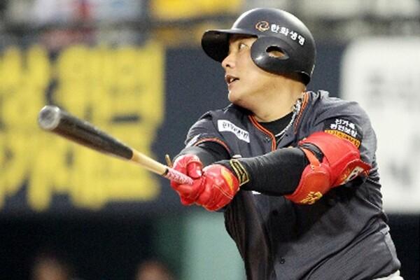 2010年に「史上最大の下克上」と言われたロッテの日本一に大きく貢献した金泰均。現在、韓国プロ野球ハンファでプレーする。今月はメジャー記録を超える86試合連続試合出場も記録した