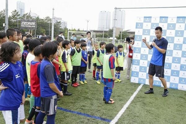 イベントで子供たちを指導する吉田。自身の目標を「W杯でベスト8に入ること」と語る
