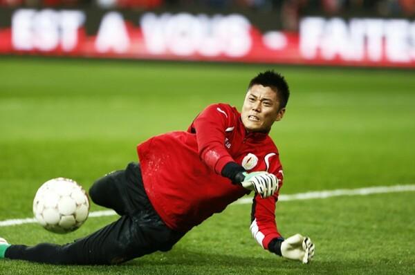 日本ではGKはボールを「キャッチする」感覚だが、「欧州では自分がボールにアタックする練習をする」と川島