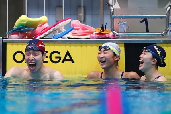 萩野公介(左)、池江璃花子(中央)らと笑い合う青木。写真は2016年4月撮影