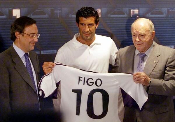 ペレス会長(左)はバルセロナから当時の史上最高額でフィーゴを引き抜いた