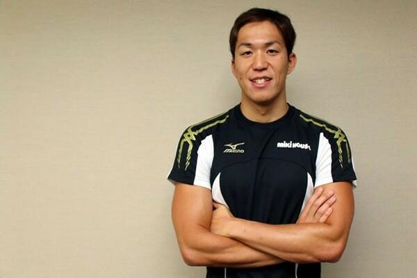 25歳となった現在も母校で練習をする小関也朱篤。188センチの体は学生たちの中でもひときわ目立っていた