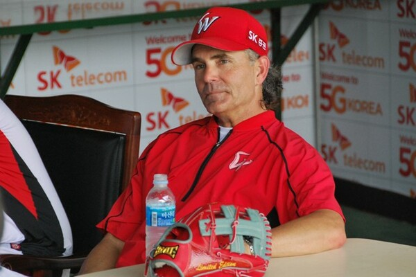 前半戦を3位で終えたヒルマン監督。「信じる野球」を信念に韓国での飛躍の再来を目指している