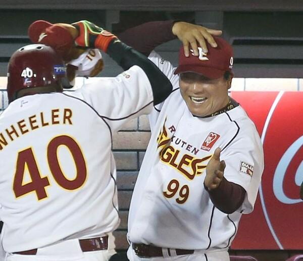 本塁打を放ったウィーラーを出迎える梨田監督。指揮官を中心に明るい雰囲気もチームの持ち味