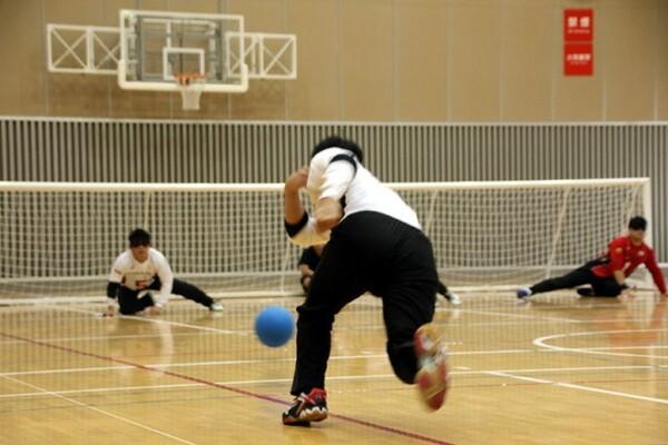 目隠しを付けてプレーするゴールボールは、ボールや味方・相手の位置を「音」で判別するため、静かな空間が必要不可欠となる