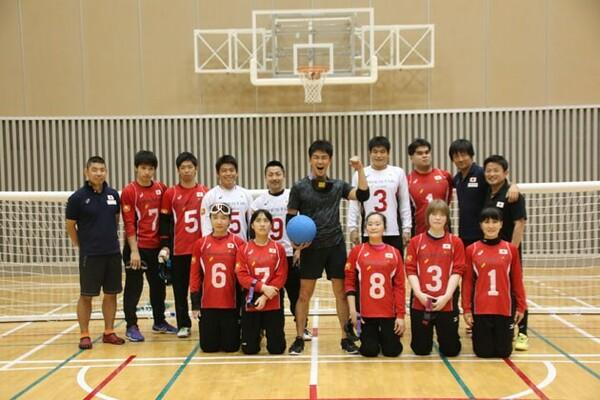 体験後、日本代表選手と交流した武井さん(中央)。ゴールボールの魅力にすっかりはまっている様子だった