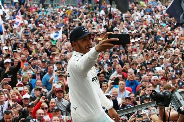 母国イギリスGPで優勝したルイス・ハミルトンは多くのファンに囲まれ記念撮影