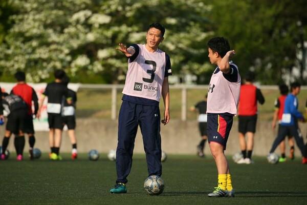 東京ユナイテッドFCで選手兼コーチを務める岩政は、選手へのデータの伝え方で指導者の力量が試されると語る