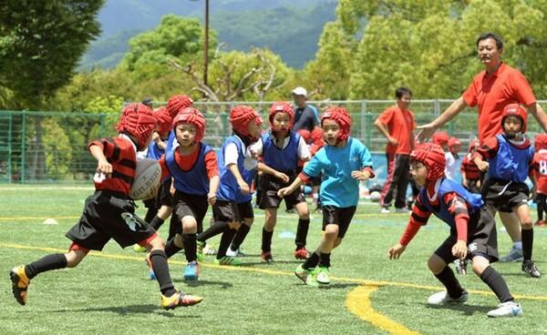 ラグビースクールで楕円球に触れる子どもたち。ユース世代を経て、大人になってもプレーを続けられる環境整備が必要だ