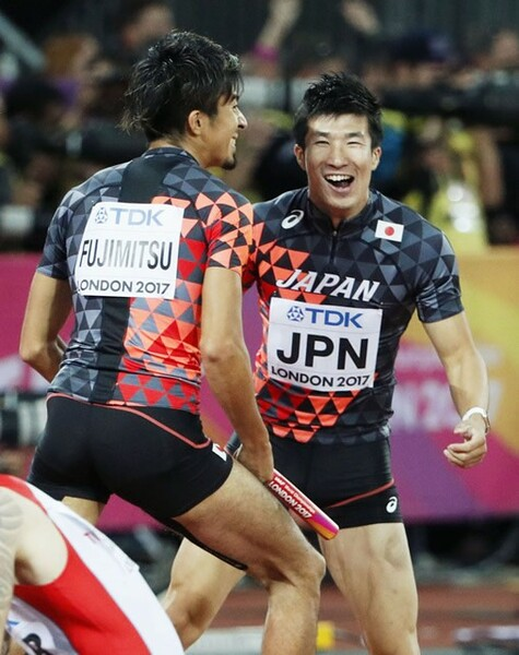 世界陸上で日本代表は、「メダル3」「入賞2」の結果を残した。写真は男子400メートルリレーで銅メダルを獲得し、喜ぶアンカーの藤光(左)と3走の桐生