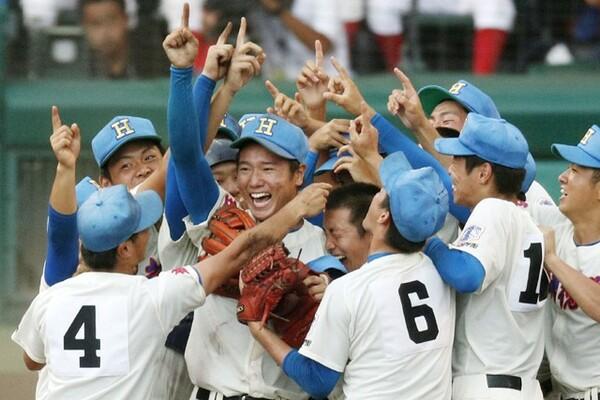決勝で29安打飛び交う打撃戦を制して初優勝を飾った花咲徳栄。埼玉県勢として夏の優勝は初めてのことだった