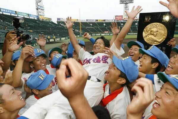 試合前に「富士登山と一緒で、1球1球が頂上への1歩1歩だ」と話したという花咲徳栄・岩井監督。試合後、満面の笑みで選手から胴上げされた
