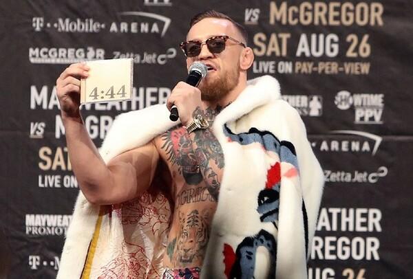 新たな冒険を求めてボクシングのリングへ。元5階級制覇王者のメイウェザーに対し「4ラウンド以内に倒す」と予告している