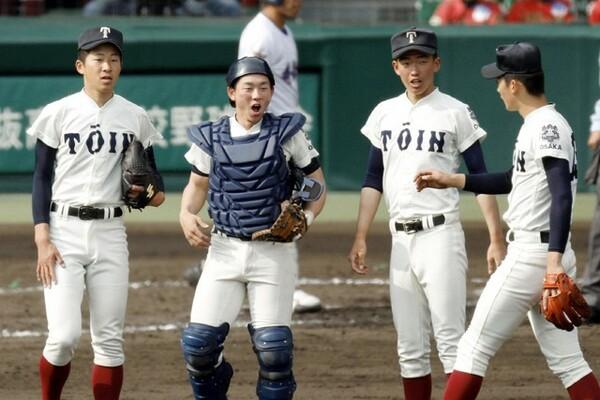 今年のチームの武器とも言える一体感を作り上げた福井主将。日ごろから真摯に野球へ取り組む姿勢が2年生へ大きな影響を与えた(写真左から2人目)