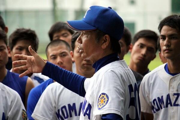 現在、東都2部に低迷する名門・駒澤大の再建を託された大倉監督。かつてはマドンナジャパン監督として4度の世界一に導いた