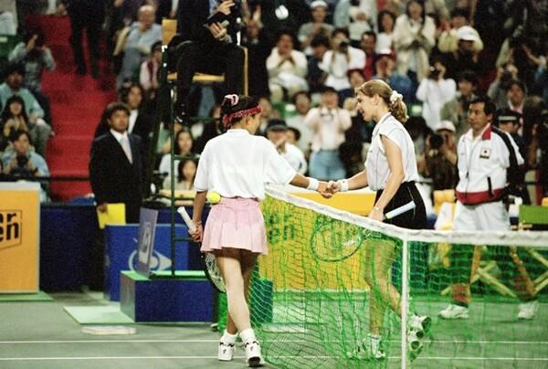 ファーストキャリアの思い出の1つは、96年4月のフェド杯。当時世界NO.1だったグラフ(右)を破る大金星を挙げた