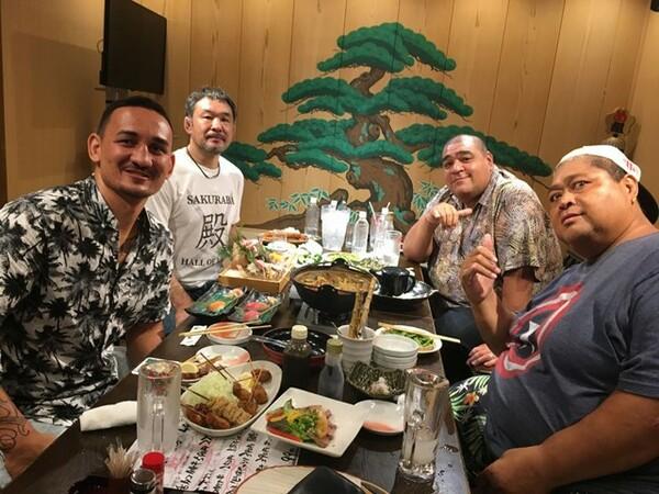 現役王者ホロウェイ(左手前)と桜庭和志(左奥)、そして相撲界のレジェンド・武蔵川親方とKONISHIKI氏との対談が実現