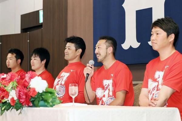 優勝会見で喜びの心境を語る広島の選手たち(左から今村、丸、緒方監督、菊池、新井)
