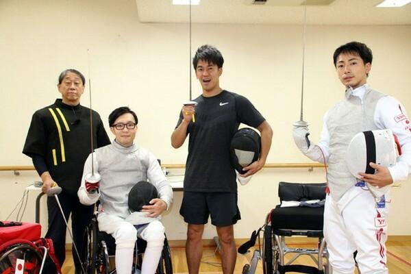 体験後、東京パラリンピックを目指す車いすフェンサーの加納慎太郎(右端)と、角田成(右から3人目)にエールを送った武井さん
