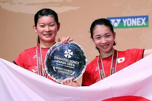 """表彰式で笑顔の高橋(左)と松友。五輪での金メダル獲得後は、""""燃え尽き状態""""に陥った時期もあった"""