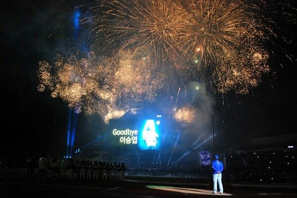 試合後には花火など多彩な演出のなか「国民的打者」の引退セレモニーが行われ、多くのファンが別れを惜しんだ