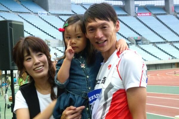 引退セレモニーの後、家族との3ショットに収まる高平。「娘には東京五輪など、できるだけ本物の現場を見せたい」という育児方針を持っている