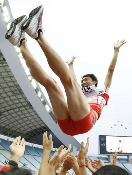 最後のレースとなった全日本実業団後、引退セレモニーで胴上げされる高平慎士