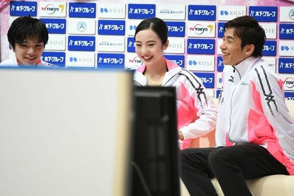 キスアンドクライで笑顔を見せる宇野、本田、織田(左から)