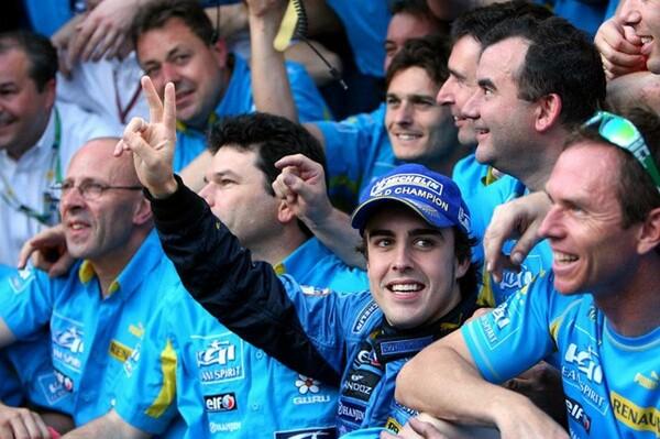 05年、06年の両年ともライバルに競り勝って連覇を飾ったアロンソ