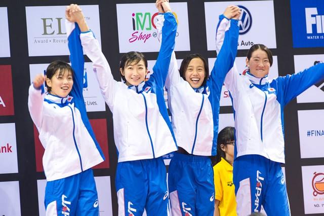 早くから頭角を現した今井(右から2人目)。中学3年で出場した世界ジュニア選手権、4×100メートルメドレーリレーでは銅メダルを獲得した