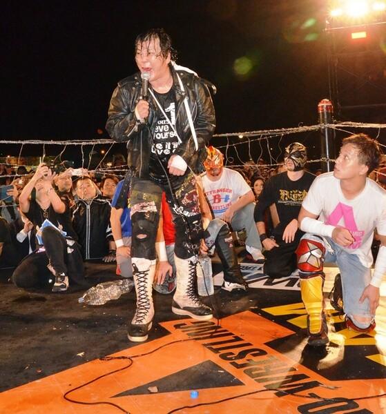 大仁田選手はマイク後まで考えて、下の方を持つスタイル