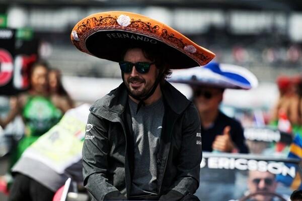 メキシコGPでテンガロンハットをかぶるアロンソ