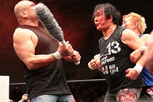 """""""猪木の愛弟子""""藤田(左)に毒霧を噴射。最後まで邪道ファイトを見せつけた"""