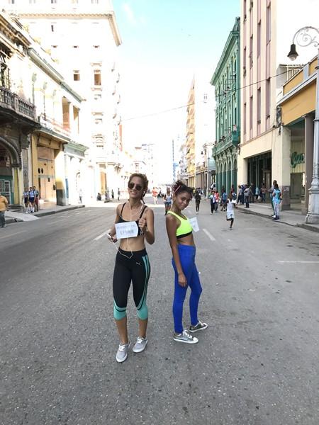 ハバナマラソン前日のキューバマラソンはあくまでファンラン。ゼッケンはモノクロコピーで、地元ランナーは楽しむことが優先で、走ったり歩いたり止まったりを繰り返す。彼女たちの足元もキャンバススニーカーだ。