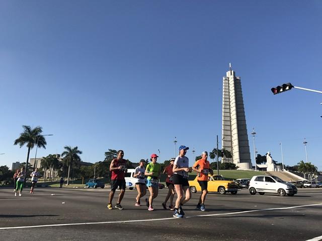 キューバの国民的英雄であるホセ・マルティを讃えるホセ・マルティ・メモリアルをバックに走るランナーたち。ここを過ぎるとゴールのある旧市街まではさほど遠くない。