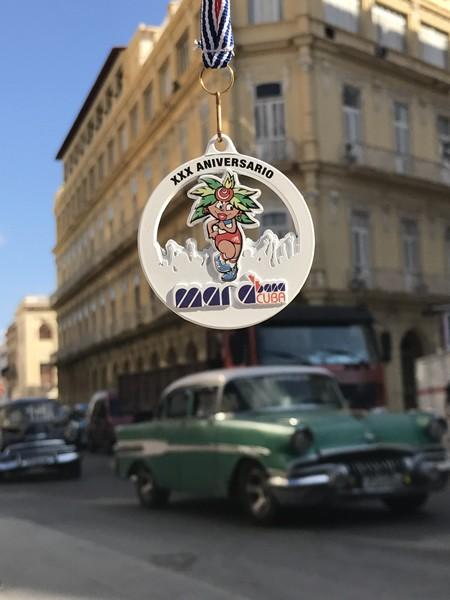 完走メダルは参加賞Tシャツと共通のコミカルなイラストを採用。個人的には旧市街のクラシカルな街並みをフィーチャーしたメダルを期待していたのだが……。