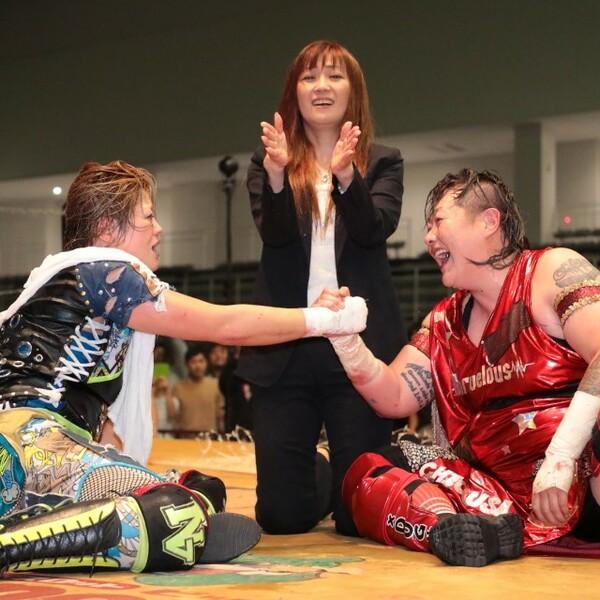 最後のWWWA王者・高橋奈七永(左)が電流爆破のリングに。大先輩・長与(右)に挑んだ