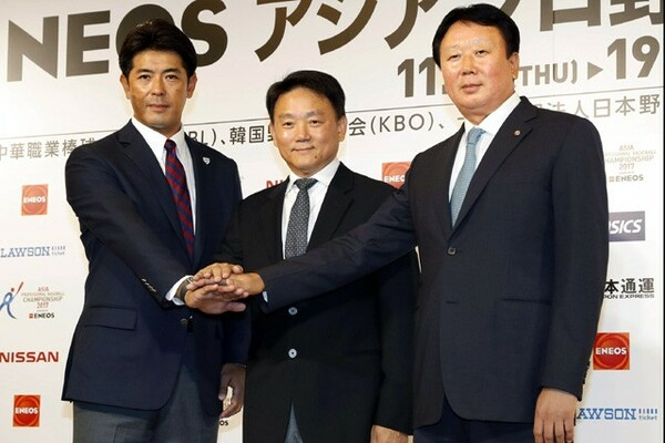 「アジア プロ野球チャンピオンシップ」に出場する韓国・宣銅烈監督(写真右)。今回のチームの特徴に「機動力」を挙げた